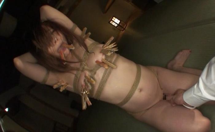 喰い込む股縄で快楽のタガが外れた熟女妻 木製豆つまみのおっぱい凌辱と電マの恥部凌辱で肉奴堕ち 雨宮なる